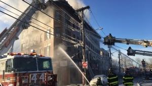 Bombeiros tentam controlar incêndio no no cruzamento das avenidas Tremon e Commonwealth Avenue, no Bronx, em Nova Yorkl