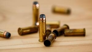 Estudante e mulher são atingidos por bala perdida durante dois tiroteios distintos no RJ