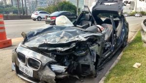 Carro de luxo causa acidente grave na Marginal Pinheiros; dois ficam feridos