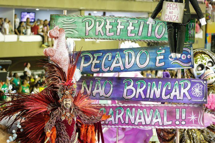 """""""Intolerância religiosa"""", diz Crivella sobre crítica no desfile da Mangueira"""