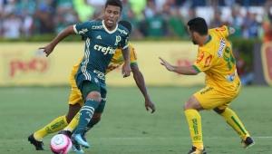 """Favorito é o Corinthians"", diz palmeirense Marcos Rocha sobre o clássico"