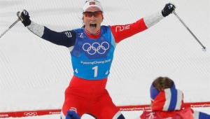Norueguesa vence no esqui cross-country e iguala recorde olímpico de medalhas