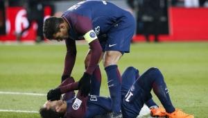 Neymar torce o tornozelo, sai de campo chorando e preocupa