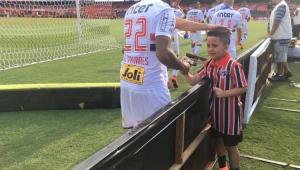 Torcedor-mirim é impedido de entrar com jogadores do São Paulo, chora e Dorival o consola