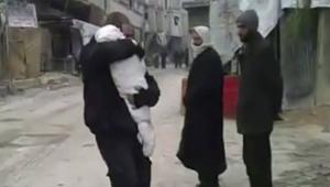 Imagem de pai se despedindo de filho morto por bombardeio na Síria comove o mundo