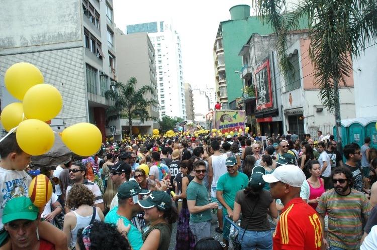 Foliões se divertem em bloco na Rua Augusta