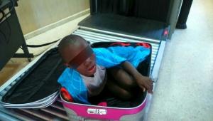 Pai de menino escondido em mala ao atravessar fronteira da Europa é condenado a pagar multa