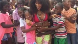 Na Angola, Taís Araújo e Lázaro Ramos são recebidos com festa por crianças