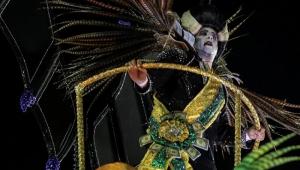 Desconfiem da crítica social e política feita pelas escolas de samba