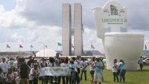 Manifestantes inflam vaso sanitário gigante para cobrar saneamento no País