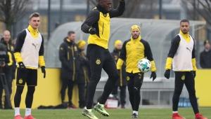 """Bolt treina no Dortmund, atrai """"multidão"""" e diz mirar elite do futebol"""