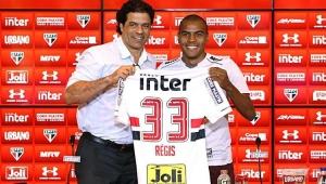 Régis é apresentado no São Paulo e diz que vive melhor momento da carreira