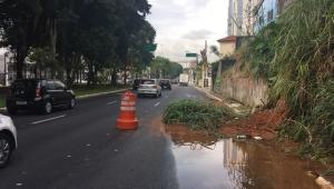 Deslizamento de terra em avenida na zona norte de SP causa transtornos no trânsito