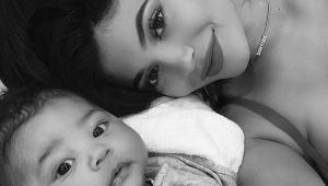 Primeira selfie! Kylie Jenner mostra momento de carinho com a filha Stormi