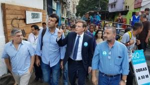 """Em visita à Rocinha, Crivella diz que vai pintar fachadas porque comunidade """"está muito feinha"""""""