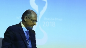 """Alckmin é """"ovacionado"""" em aeroporto"""
