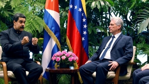 Sem citar Maduro ou Guaidó, presidente de Cuba posta foto de Fidel com Hugo Chávez e cita 'aproximação'