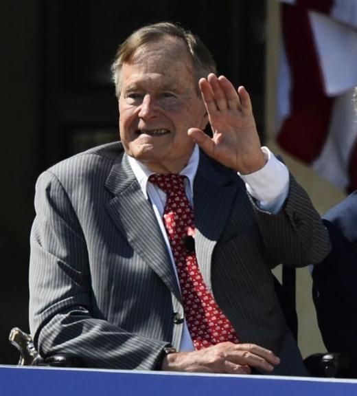 George HW Bush hospitalizado de urgência após funeral da esposa, Barbara Bush