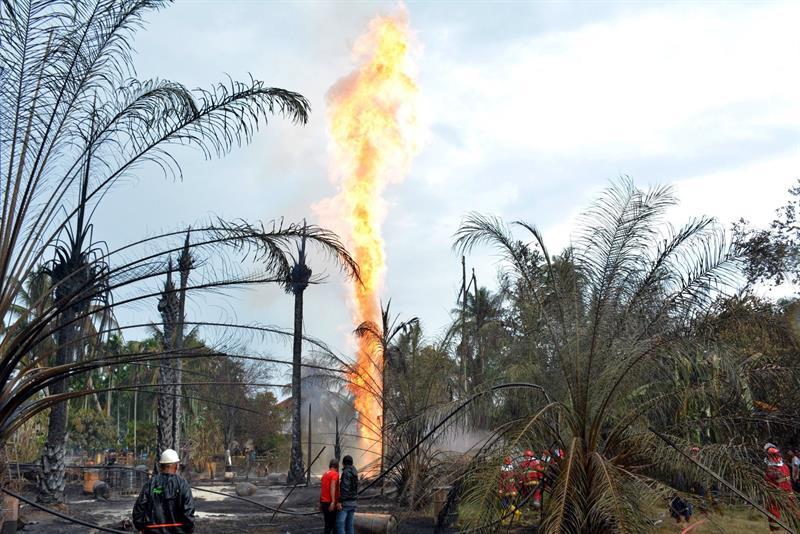 Poço de petróleo explode e mata 15