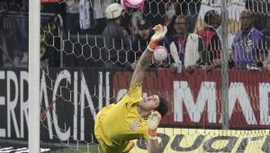 Cássio mostra semelhanças com ídolo Gylmar no gol corintiano e cresce em decisões