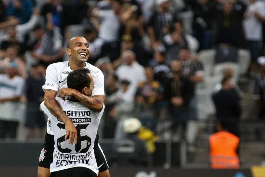 Com gol de Jadson, Corinthians fica perto da classificação na Libertadores