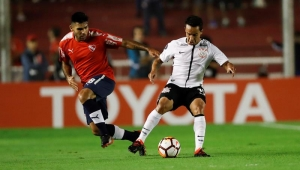 Na Argentina, Corinthians vence o Independiente e assume a liderança do grupo 7