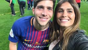 Messi fica sem jeito ao tirar foto com uma mulher durante comemoração