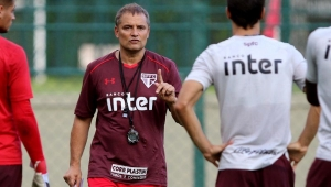 Aguirre promete valorizar base, mas não descarta reforços caso perca jogadores