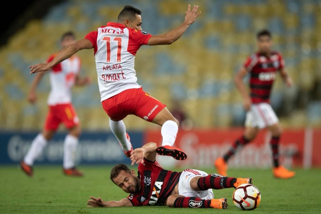 Divulgação Conmebol Éverton Ribeiro disputa a bola na partida entre Flamengo  e Santa Fé. Mais um jogo ... e8dcd7fefbe1e