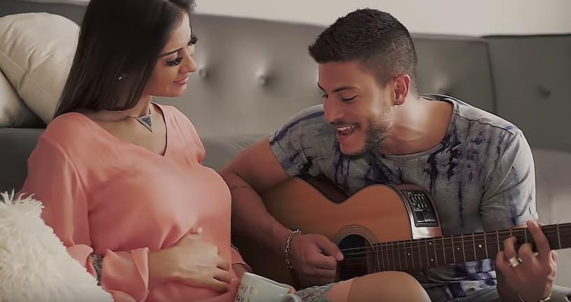 Arthur Aguiar e Mayra Cardi anunciam gravidez em clipe