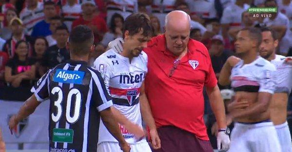 Antes de exame no pé, Rodrigo Caio faz tratamento no aeroporto