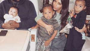 Kim Kardashian publica foto rara com os três filhos
