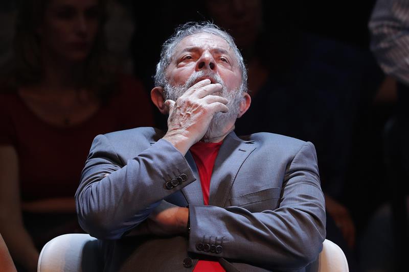 Em primeira manifestação do cárcere, Lula diz que continua desafiando a Lava Jato