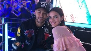 """Em festa no RJ com Neymar, Marquezine vai até o chão com """"Só Quer Vrau"""""""
