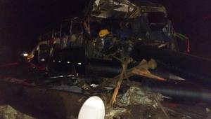 Acidente entre caminhonete, carreta e ônibus deixa 6 mortos e 12 feridos em MG