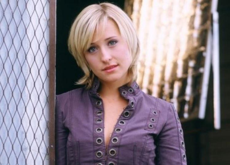 Atriz de Smallville, Allison Mack, é presa por participar de culto sexual