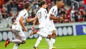 Atlético-MG vira, vence Atlético-PR na Arena da Baixada e encosta nos líderes