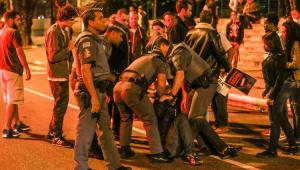 Viatura e prédios da polícia são alvo de vandalismo na Virada Cultural