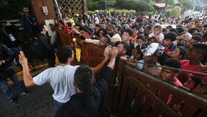 Seleção faz treino com torcida e tumulto na entrada da Granja Comary