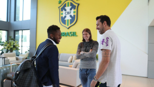 """Fred e Filipe Luís chegam juntos na Granja Comary: """"tem que deixar a alegria rolar"""""""