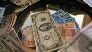 Com cenário externo positivo, dólar fecha em R$ 3,79