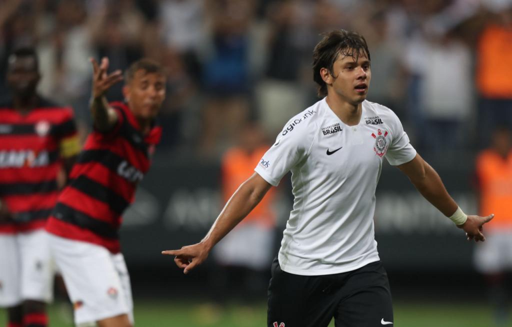 ALEX SILVA ESTADÃO CONTEÚDO Romero comemora o primeiro gol marcado no  triunfo do Corinthians sobre o Vitória e0e93020b5803