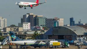 Pelo menos 14 aeroportos estão sem combustível neste domingo