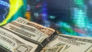Dólar tem nova alta e fecha cotado a R$ 3,73; Bovespa renova mínima de 2018