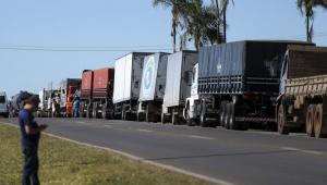 Protesto de caminhoneiros causa falta de combustíveis no interior de SP