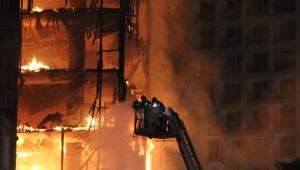 Divisórias de madeira e depósito de recicláveis alimentaram incêndio, diz secretário