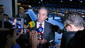 """Presidente do Senado diz que política de preços da Petrobras """"está errada"""""""