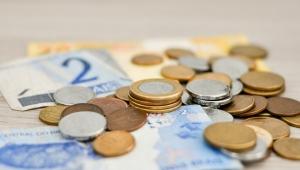 Apesar da popularização dos cartões, brasileiros não abrem mão do dinheiro vivo