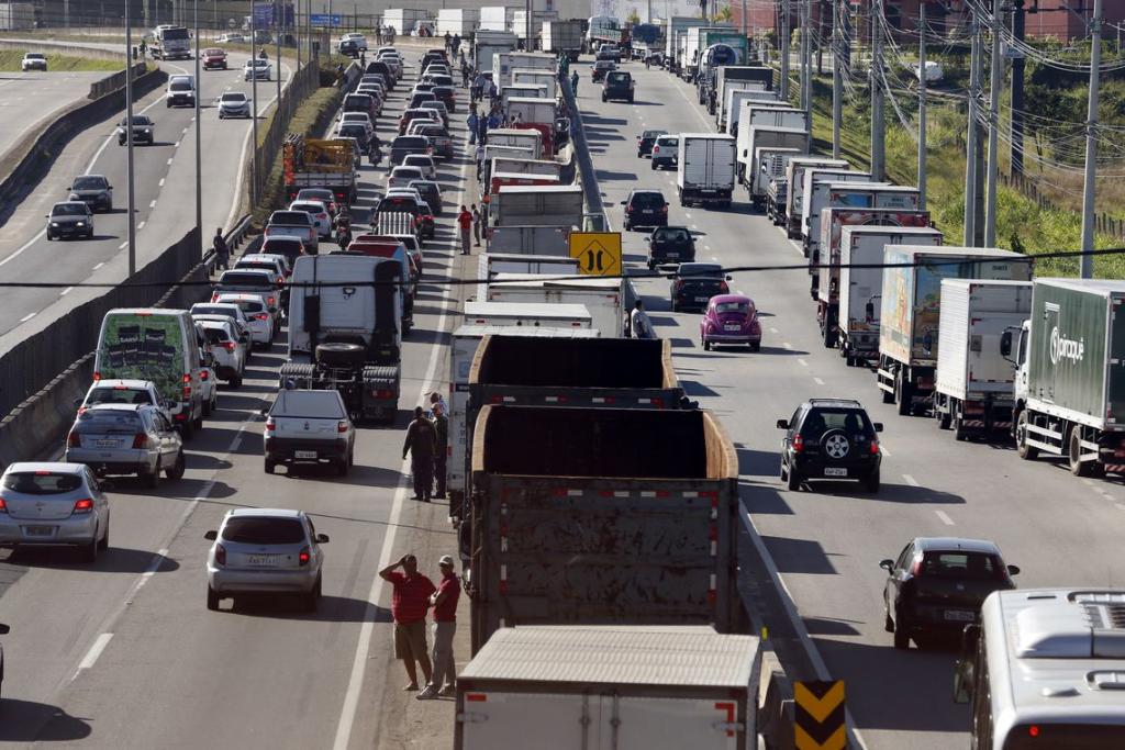 Associação dos caminhoneiros ameaça nova paralisação no país