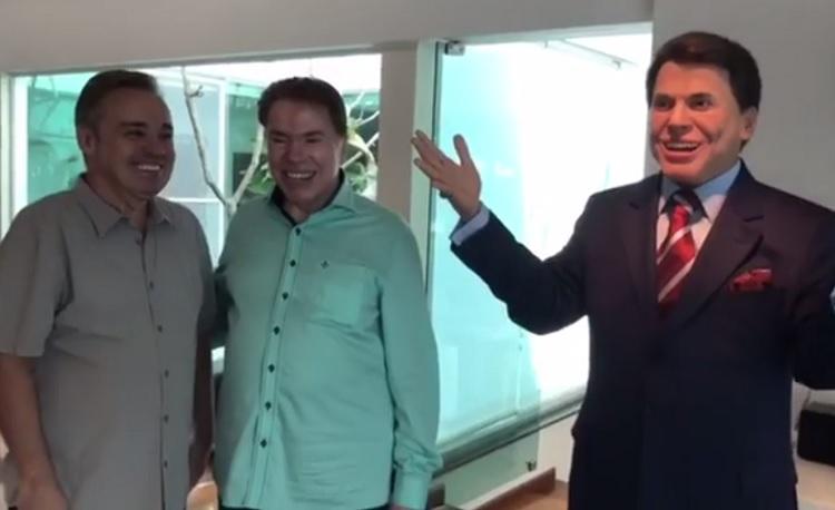 Gugu presenteia Silvio Santos com réplica de cera do ex-patrão
